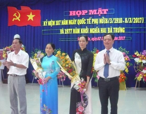 Ô. Nguyễn Quốc Nam PBT và Ô. Huỳnh Thanh Bình CT UBND huyện tặng hoa cho đại diện Phụ nữ huyện