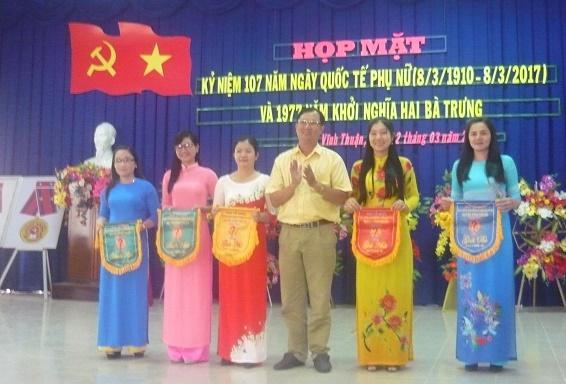 Ô. Võ Văn Lập TP VH-TT TB tổ chức trao giải ném bóng