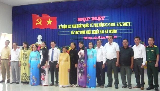 Lãnh đạo HU, UBND huyện chụp ảnh lưu niệm với BTC buổi họp mặt