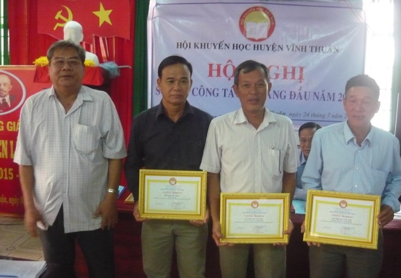 Ô. Đào Minh Quang trao GK HKH huyện cho các TT