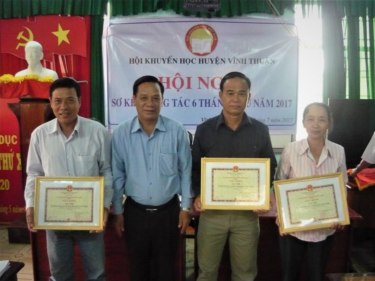 Ông Phạm Văn Hậu trao GK UBND huyện cho TT