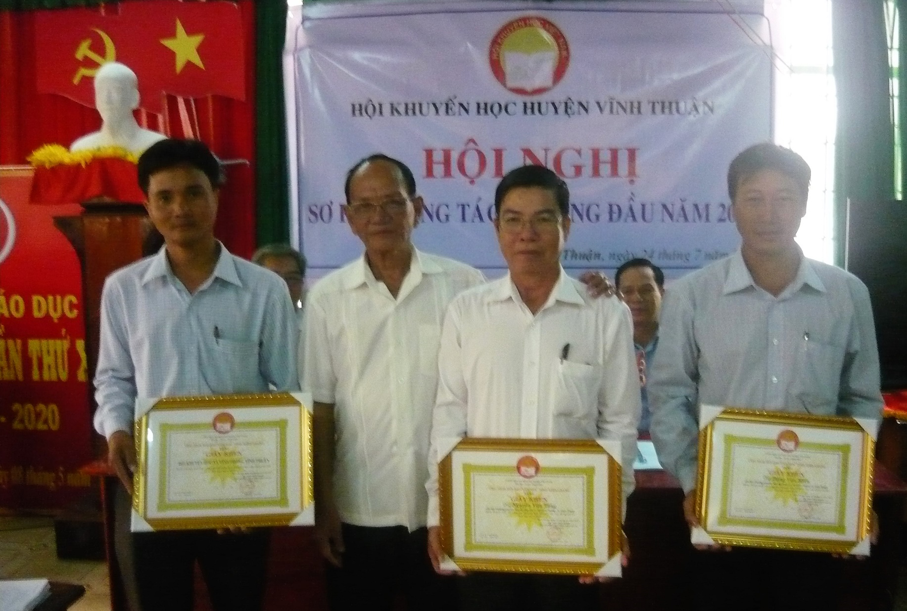 Ô.Nguyễn Phú Lợi  trao GK Tỉnh hội cho TT, CN