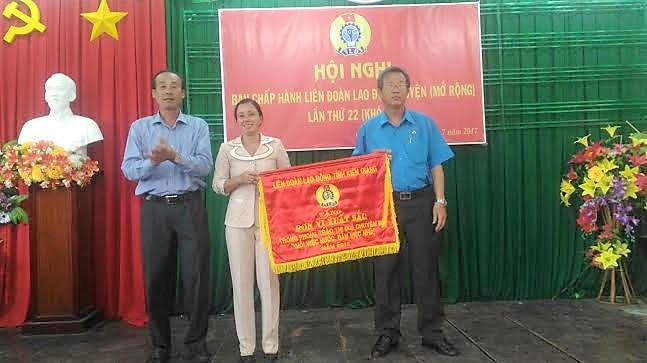 2. Đc Nguyễn Minh Dũng trao cờ thi đua cho LĐLĐ huyện VT