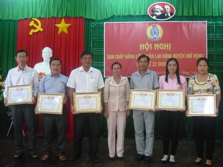4. Đc Phan Thị Cẩm trao giấy khen cho CĐCS trường học