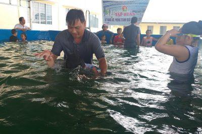Tăng cường dạy bơi cho các em học sinh trong dịp hè