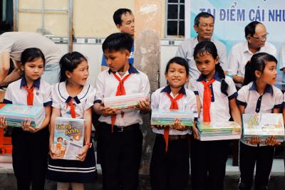 Tặng 100 bộ sách và 475 bộ đồng phục cho học sinh trường Tiểu học và Trung học cơ sở Phong Đông