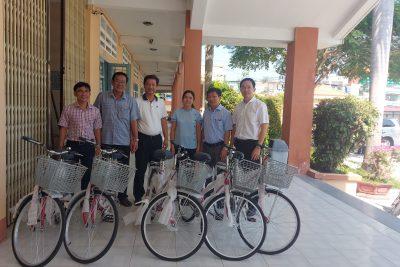 Cựu học sinh niên khóa 1987-1990 vận động trao 5 chiếc xe đạp và 2.000 quyển tập cho trường THPT Vĩnh Thuận
