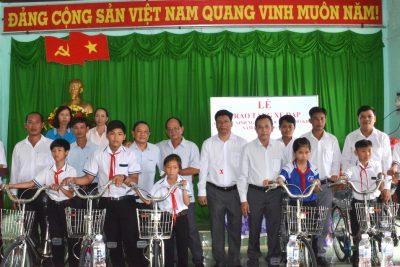 Hội khuyến học xã Vĩnh Thuận, huyện Vĩnh Thuận trao xe đạp cho học sinh đầu năm học 2018-2019