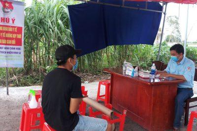 Màu áo xanh phụ trách đội tại điểm số 8- chốt kiểm soát dịch covid-19 tại xã Vĩnh Phong, huyện Vĩnh Thuận
