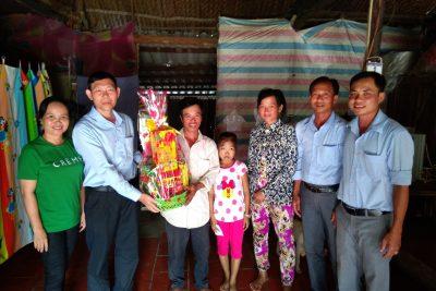 Trường tiểu học Vĩnh Phong 4 tặng quà cho học sinh khó khăn