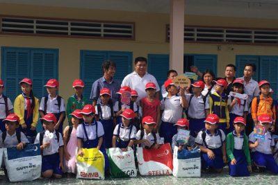 Trao 40 phần quà cho các em trường tiểu học Vĩnh Bình Nam 4