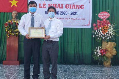 Đồng chí Huỳnh Tấn Phi, Phó Bí thư Huyện ủy, Chủ tịch UBND huyện dự khai giảng năm học mới 2020-2021 tại Trường THCS Vĩnh Thuận