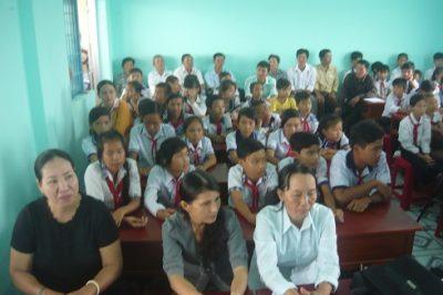 Hội Khuyến học huyện Vĩnh Thuận trao học bổng cho học sinh