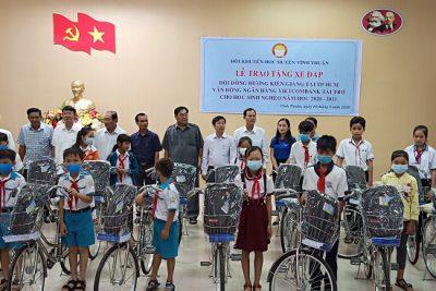 Hội Khuyến học huyện Vĩnh Thuận trao tặng xe đạp cho học sinh đầu năm học 2020-2021