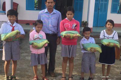 Trường tiểu học thị trấn 2 trao 65 suất quà cho học sinh thông qua phong trào nắm gạo sẻ chia