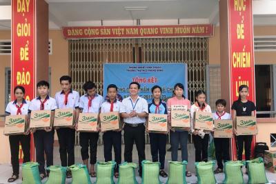 """Trường tiểu học và trung học cơ sở Phong Đông vận động được 415kg thông qua phong trào """"Nắm gạo sẻ chia"""""""