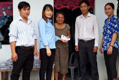 Hội đồng đội huyện Vĩnh Thuận thăm và hỗ trợ số tiền 5 triệu đồng cho em Huỳnh Nguyễn Kiệt