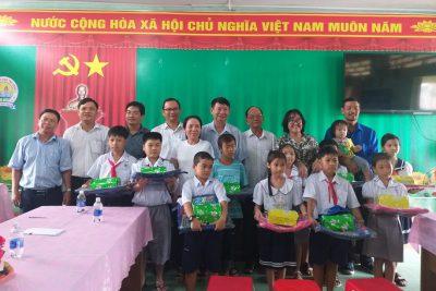 Trao học bổng 30 triệu đồng và quà hỗ trợ cho 03 trường trên địa bàn huyện Vĩnh Thuận