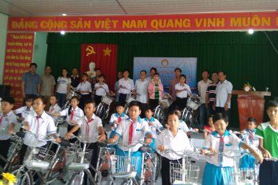 Hội khuyến học huyện trao tặng xe đạp cho học sinh nghèo xã Vĩnh Bình Bắc
