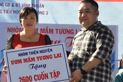 Nhóm thiện nguyện ươm mầm tương lai trao quà cho các em học sinh trường tiểu học Vĩnh Phong 3