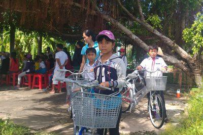 Trao 30 suất quà cho học sinh nghèo